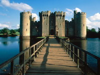 Bodiam_Castle_and_Bridge,_East_Sussex,_England_resize.jpg