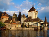 Oberhofen_Castle,_Lake_Thun,_Switzerland_resize.jpg